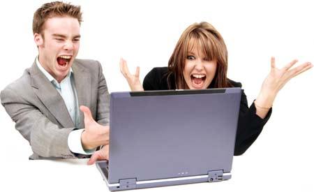 Una chica y un chico gritando frente al portátil (laptop) por una campaña de marketing