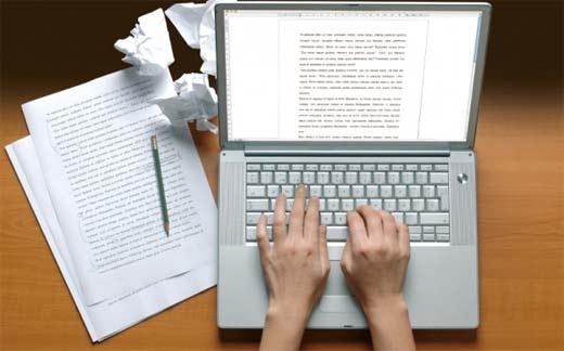 Manos de una blogger escribiendo un tutorial para hacer blogs