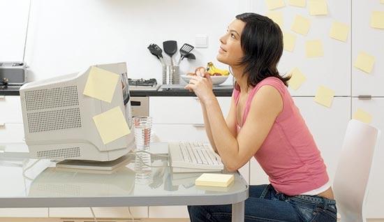 Chica Blogger pensando sobre qué escribir ya que es una blogger profesional