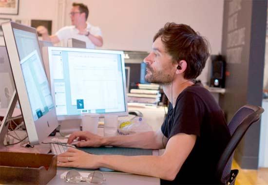 Diseñador Gráfico trabajando en proyecto editorial en un software de diseño