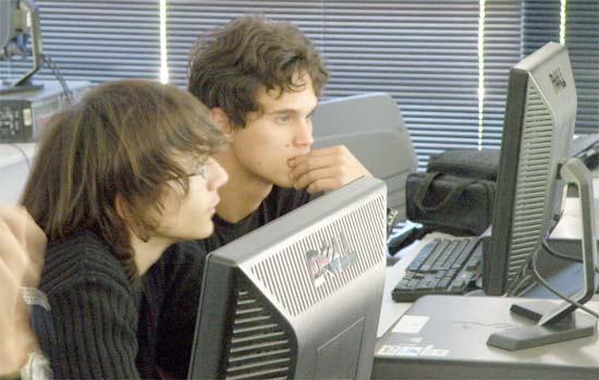 Programadores de PHP trabajando en una red social día y noche sin parar