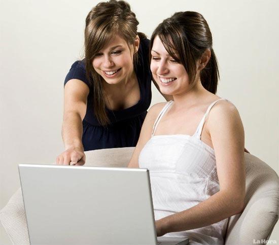 Chicas leyendo noticias en Internet y cotilleando en Facebookl