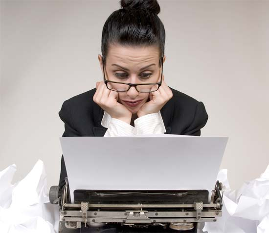 Chica Blogger eligiendo un nicho de mercado para trabajar su blog