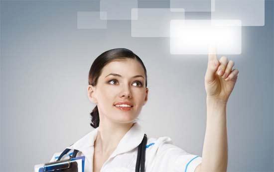 Chica emprendedora del área digital que con su mano toca una pantalla en el aire