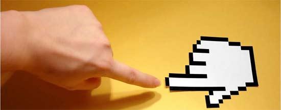 Mano humana tocando una mano digital como si fuese el puntero del cursor