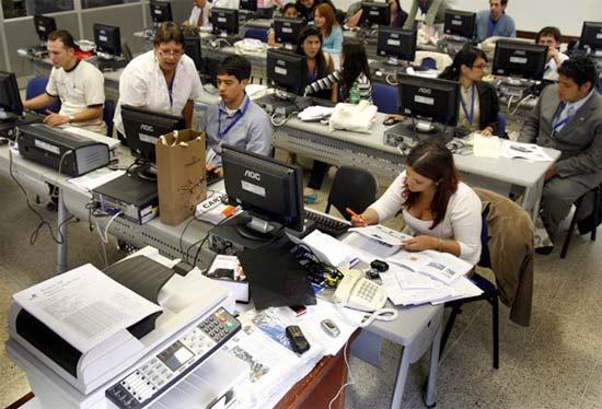 Equipo de redacción de un periódico digital o de una revista impresa