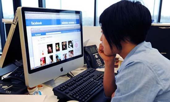 Chica revisando su Facebook en sus horas de trabajo