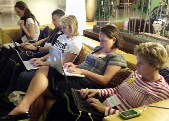Bloggers trabajando tiempo completo para escribir sobre diversos temas