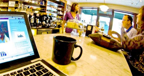 Trabajando en blogs en un café obteniendo inspiración