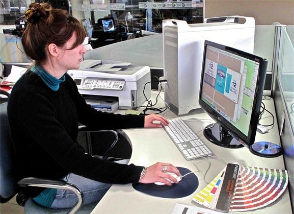 Diseñadora Gráfica trabajando en diseño sofisticado