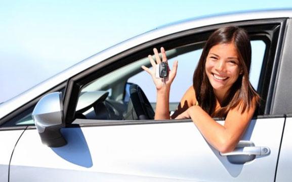 Chica compra auto desde casa
